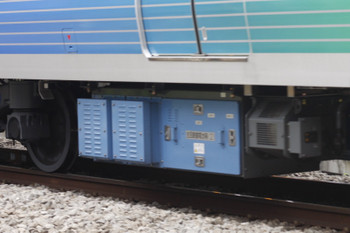 2016年7月27日、高田馬場~下落合、38518床下の青い箱アップ。主回路蓄電池箱は、こちら側が「(2)」で反対側が「(1)」でした。