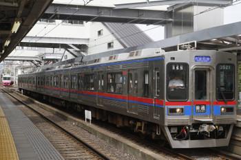 2016年8月14日、京成津田沼、千原台ゆき京成3500形4連と松戸から到着する新京成8800系。