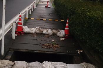 2016年8月22日 18時頃、埼玉県入間市野田、壊れた歩道。24日もこの状態。