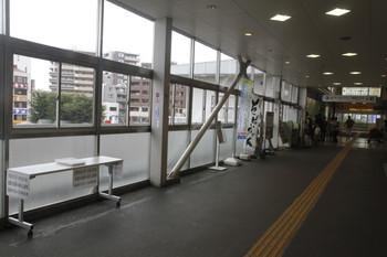 2016年8月29日、東村山駅、改札口からバス乗り場への跨線橋におかれた臨時バスの時刻表。