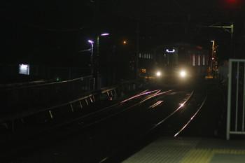 2016年8月6日 21時28分頃、狭山市、下り線から転線し上りホームへ進む38118Fの下り回送列車。