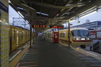 2016年8月11日 5時25分頃、小手指、1番ホームに到着する10105Fの上り回送列車。左は2091Fの5204レ。