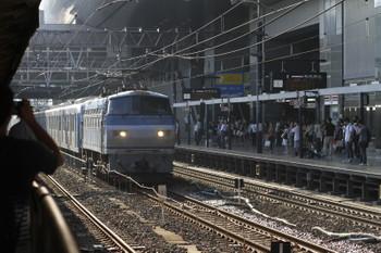 2016年9月9日 16時30分頃、京都、0番ホームの横を通過する西武40000系甲種輸送列車。牽引はEF66-115。