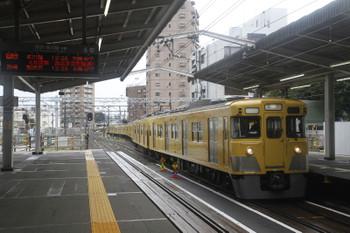 2016年8月20日 12時18分頃、東村山、5番ホームへ到着する2007Fの上り回送列車。