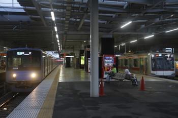 12016年8月20日、所沢、3分ほど遅れて発車の東急5168Fの3701レの横に到着する20104Fの4311レ。