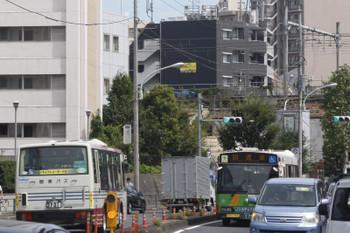 2016年9月6日お昼、新目白通りですれ違う都営バスと関東バスの回送。