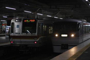 2016年9月29日 18時31分頃、所沢、4番ホームから発車した10107Fの下り回送列車。左はメトロ7018Fの4588レ。