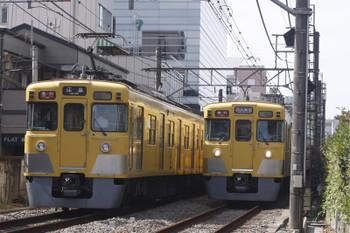 2016年10月4日 12時6分頃、高田馬場~下落合、2401F+2001Fの2323レ(左)と20233F+2517Fの2330レ。