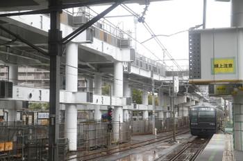 2016年10月9日9時53分頃、星川、工事中の高架橋の脇を走る9703ほかの特急 横浜ゆき。
