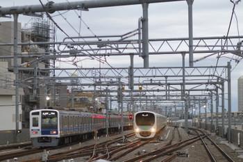 2016年10月10日、石神井公園、6104Fの6501レ(左)と出番を待つ38109F。
