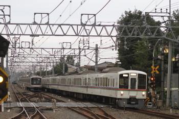 2016年10月22日 6時38分頃、清瀬、引き上げ線に寝る東急5050系8連と、4003F?+4005F(あの花)の上り回送列車。