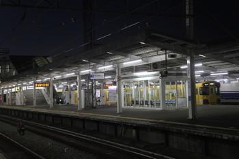 2016年10月27日、西所沢、2501Fの6101レと照明が付いた1番ホーム(写真奥)。