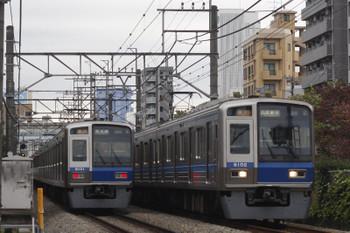 2016年11月2日、高田馬場~下落合、6101Fの2643レ(左)と6102Fの2644レ。