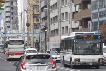 2016年11月15日、高田馬場駅近くの新目白通り、紺色帯の国際興業バス。
