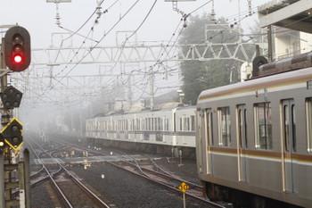 2016年11月20日 午前7時32分頃、清瀬、霧の中 1番ホームを通過する(<-飯能)4005F(あの花)+4017Fの上り回送列車。