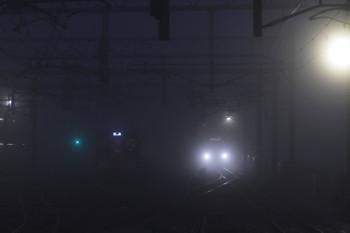 2016年11月20日 午前6時0分頃、石神井公園、霧の中 6番線で待機する2075Fと30104Fの2102レ。