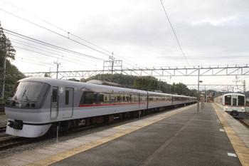 2016年9月25日 16時46分頃、横瀬、1番ホームへ到着する4017F+4007Fの上り回送列車と留置中の10106F。
