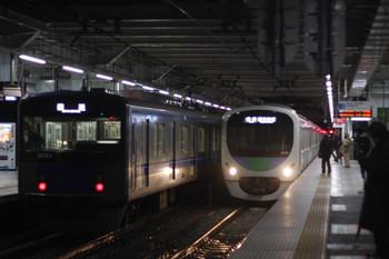 2016年11月24日5時29分、所沢、左が降雪対策の回送列車と思われる20154F。右は38118Fの5802レ。