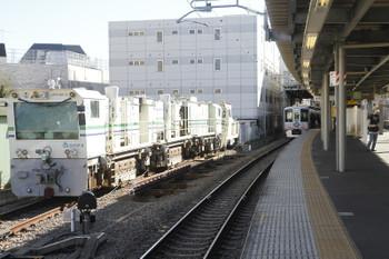 2016年12月10日 10時40分頃、東長崎、4009F上り回送列車が停車中の4番ホーム横のモーターカーとレール削正車。