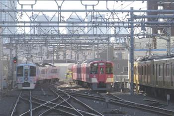 2016年12月10日 10時56分頃、池袋、右から電留線の2463F+2089F・9101Fと発車した4009F(52席)下り列車。