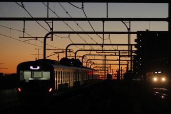 2016年12月10日 6時11分頃、練馬、38109Fの上り回送列車(左)と2087Fの5205レ。