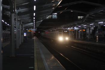 2016年12月15日、清瀬、2番ホームへ到着する611Fの上り回送列車(右)と4番ホームで就寝中の東急4105F。