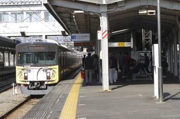 2016年11月6日 9時20分頃、西所沢、西武球場前駅から到着する20158Fの上り列車。そこそこ多くの乗客が待ち構えています。