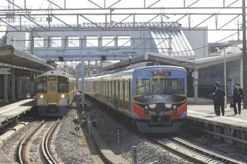 2016年11月6日 10時3分頃、西所沢、引き上げ線から1番ホームへ戻った20158F回送列車(右)と発車する2501Fの6127レ。