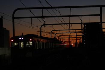 2016年12月17日 6時11分頃、練馬、2071Fの上り回送列車(左)と38105Fの5205レ。
