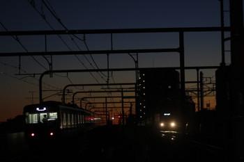 2016年12月24日 6時11分頃、練馬、20153Fの上り回送列車(左)と38103Fの5205レ。