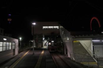 2016年12月25日、西武遊園地駅、2番ホームに4009Fが停車中(右)。