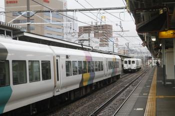 2016年12月27日 10時29分頃、松本、後ろ2両を残して発車した下り特急あずさ3号(左側)。