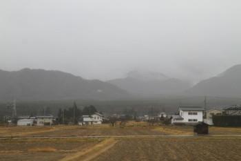 2016年12月27日 12時13分頃、大糸線・安曇沓掛~信濃常盤駅間?、沿線左側の山並み。広い谷が森で埋まっているように見えました。