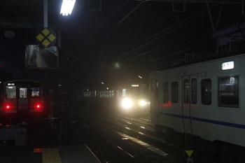 2016年12月28日 6時18分頃、糸魚川、左から大糸線のキハ120・中線の413系3連・1番ホームへ到着の1621D2連。