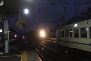 2016年12月28日 6時45分頃、糸魚川、2番ホームから1番ホームを通過する下りコンテナ貨物列車を撮影。切り欠きの4番ホームは大糸線。