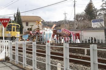 2017年1月14日、元加治、踏切の前後に並ぶ出店。右手に円照寺の看板が見えます。