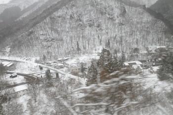 2016年12月28日 12時34分頃、土合~湯檜曽、まだループ線の上側にいる1732Mから見た湯檜曽駅付近。