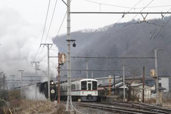 2017年1月8日 9時11分頃、和銅黒谷、西武4003FのS2列車と通過するSL列車の回送列車。