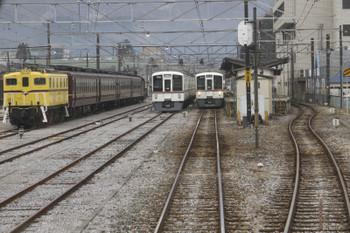 2017年1月8日、秩父、1513レ車内から停車中のSL列車の回送列車を撮影。右端はS4レの西武4015F、その左が留置中の西武4003F、