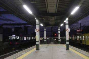 2017年2月5日 6時12分頃、練馬、20152Fの上り回送列車(左)。