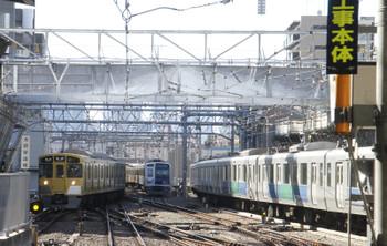 2017年2月11日、池袋、線路上に銀色の梁が架設されました。