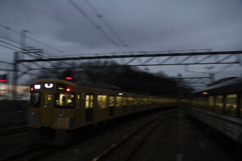 2017年2月18日、入間市、発車した2077Fの1002レ(左)と10103Fの25レ。
