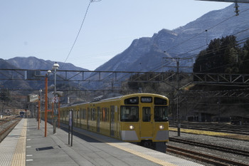 2017年2月19日、横瀬、5025レの2073F。奥に電留線で寝ている10103Fが見えます。
