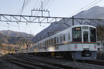 2017年2月19日、横瀬、発車した4005F+4001Fの2004レ。奥の電留線にいるのは2073Fと10103F。