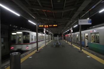 2017年1月28日 18時18分頃、小手指、4番ホームから先発した4023F+4021Fの下り回送列車。右は38110Fの飯能ゆき。