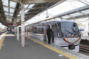 2017年3月20日、小平駅2番ホーム、臨時停車の117レ(プラチナの10104F)。