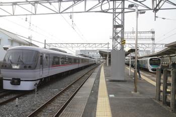 2017年3月20日、西所沢、1番ホームで発車を待つ10102Fのドーム92号と4番ホームに到着する30104Fの2160レ。