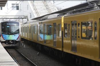 2016年3月25日、所沢、40102Fの404レ(左)と4番ホーム停車中の2063F回送列車。