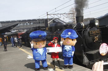 2017年3月25日、西武秩父、SL列車の先頭部付近での鉄道アイドルさんたちが記念のポーズ。