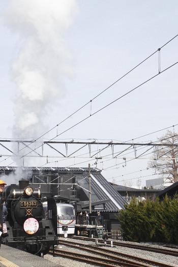 2017年3月25日 12時20分ころ、出発したSL列車。右は20分ほど遅れの11レで到着した10103F(プラチナ)。